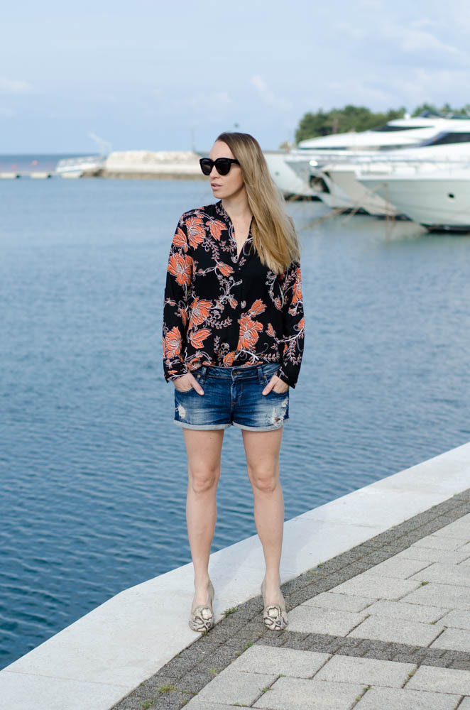 How to style vintage jeans shorts. wear your jeans shorts with a tunic and flats.